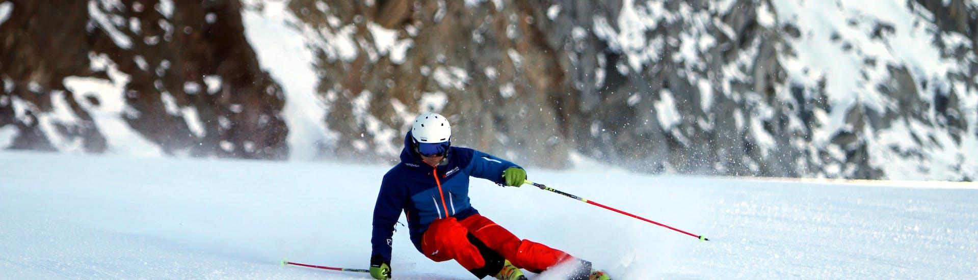 A ski instructor is mastering a slope in Sölden during a Private Ski Lessons for Adults at Obergurgl-Hochgurgl organized by the ski school Ski- und Snowboardschule SNOWLINES Sölden in the ski resort of Sölden.