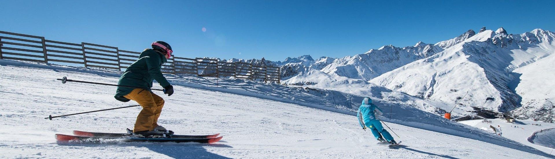 Un skieur suit son moniteur de ski de l'école de ski ESI Ecoloski Barèges le long d'une piste pendant son Cours particulier de ski pour Adultes - Basse saison.