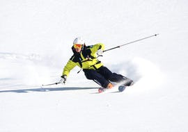 A skier is skiing down a snowy slope during his Private Ski Lessons for Adults - Low Season with the ski school Prosneige Méribel.