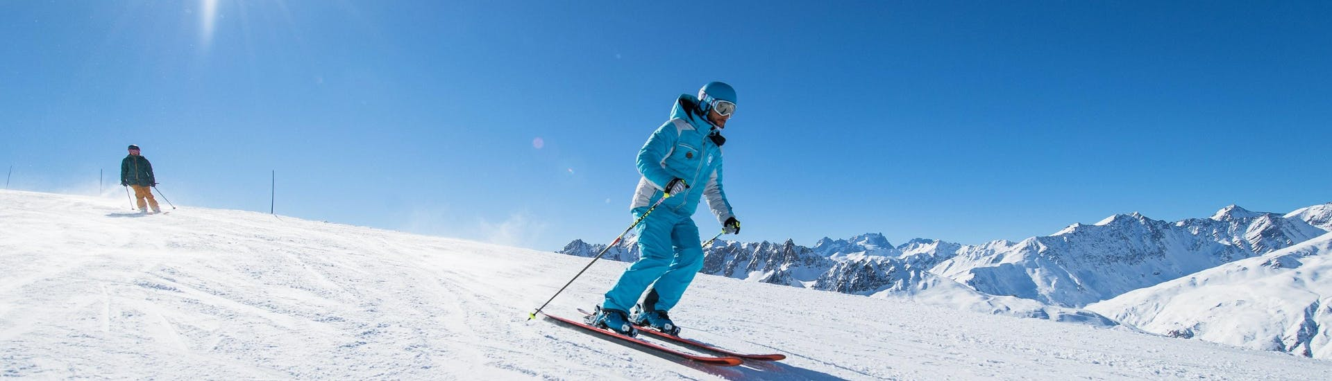 A skier is skiing confidently thanks to his Private Ski Lessons for Adults of All Levels - Morning with the ski school ESI Ski Family in Risoul.