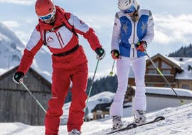 A women has fun during her private ski lesson for adults of all levels with her ski instructor of Privatskischule Kleinwalsertal.