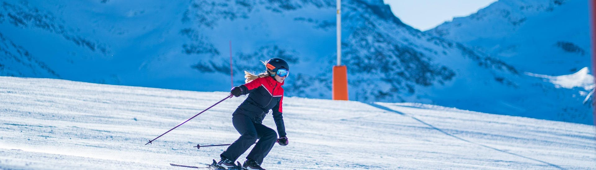 A skier is skiing down a slope with confidence thanks to her Private Ski Lessons for Adults of All Levels with the ski school Evolution 2 Val Thorens.