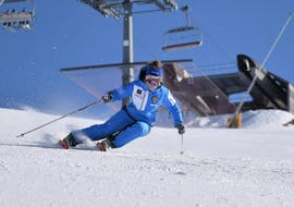 A skier improves her technique in private ski lessons for adults for All levels of the ski and snowboard school Scuola di Sci e Snowboard Prato Nevoso.