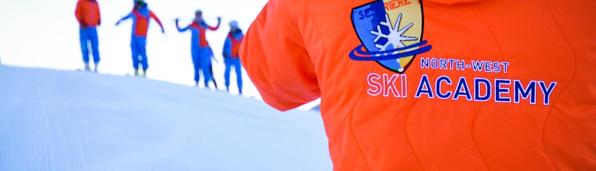 Un gruppo di sciatori si sta preparando per le Lezioni private di sci per adulti - Special - Tutti i livelli organizzate dalla scuola di sci YES Academy Sestriere.