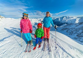A mother and her two children improve their skiing technique during Private Ski Lessons for Families - All Levels with the ski school Schneesportschule Morgenstern.