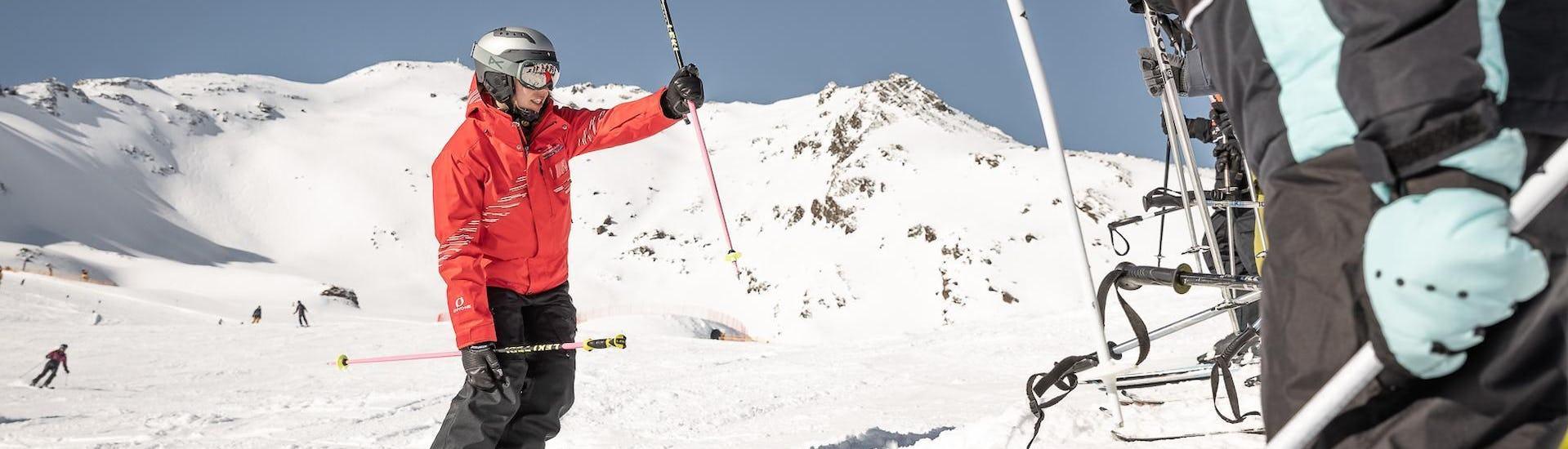 Eine Gruppe Skifahrer nimmt an der von der Ski- und Snowboardschule Vacancia organisierten Aktivität Privater Skikurs für Gruppen - Alle Levels teil.