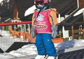 A child prepares for his Private Ski Lessons for Kids - All Ages & Levels together with an instructor from Escuela Ski Sierra Nevada