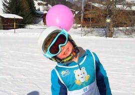 Kind lächelt in die Kamera während seinem Privater Kinder Skikurs - Alle Altersgruppen mit der Skischule Diablerets Pure Trace.