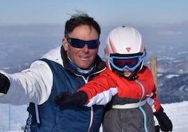 A child has fun during the Private Ski Lessons for Kids - All Ages of the ski and snowboard school Scuola di Sci e Snowboard Prato Nevoso.