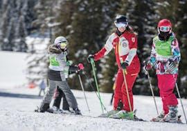 Fratelli migliorano la loro tecnica sciistica durante le Lezioni private di sci per bambini - Tutti i livelli della Carezza Skischool.