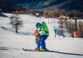 A little skier benefits from the tailored-made Private Ski Lessons for Kids - All Levels - Holidays and the full attention of a ski instructor from the ski school Scuola di Sci B.foxes.