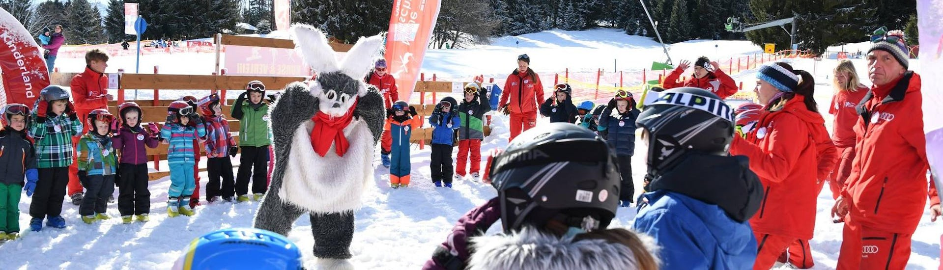 Children are having fun with bunny Hasi during the Private Ski Lessons for Kids - All Levels in the ski school Neue Skischule Oberstdorf.