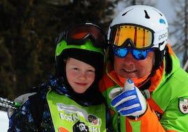 Ein Privater Kinder Skikurs - Alle Levels der Skischule Scuola di Sci Aevolution Folgarida sind gerade fertig, Lehrer und Kind lächeln.