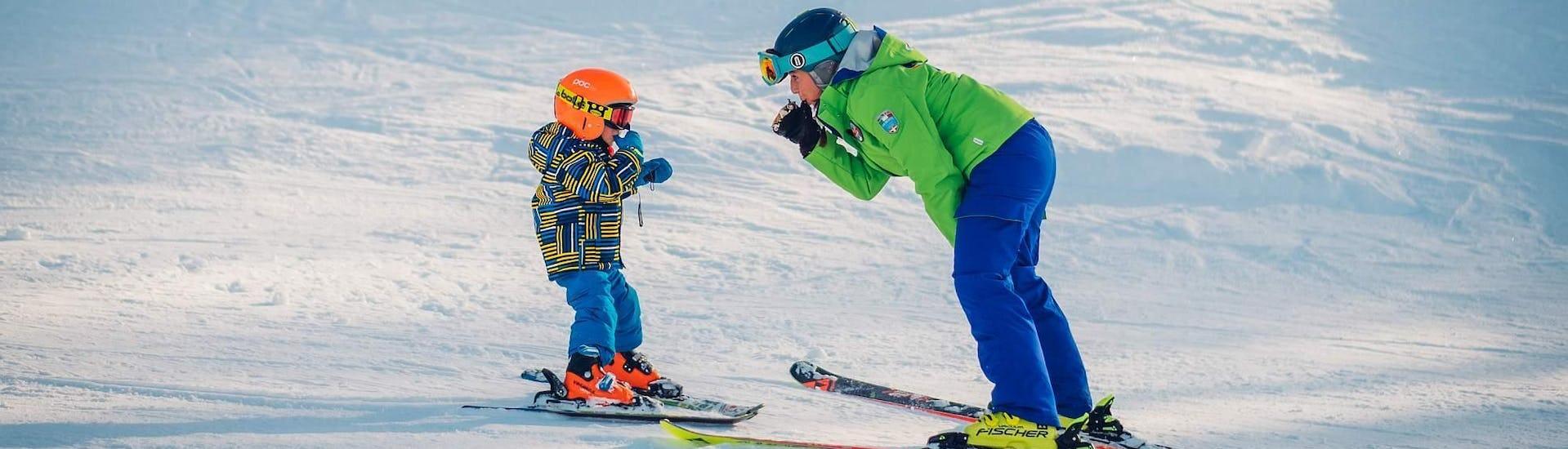Kleines Kind lernt während des Privater Kinder Skikurs - Alle Levels mit der Skilehrerin von der Skischule Scuola di Sci B.foxes Skifahren.
