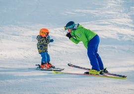 A child is enjoying the tailored-made Private Ski Lessons for Kids - All Levels and benefits from the full attention of an experienced instructor from the ski school Scuola di Sci B.foxes.
