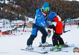 Eine Skilehrerin der Skischule Scuola di sci e snowboard Alpe Cimbra bringt einem Kind das Skifahren im Rahmen des Angebots Privater Kinder Skikurs für Alle Levels bei.