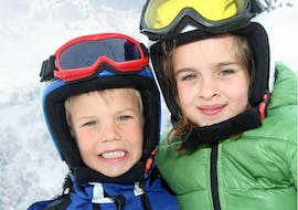Siblings improving their skiing skills during Private Ski Lessons for Kids - All Levels with the ski school Scuola di Sci e Snowboard Cristallo Cortina.