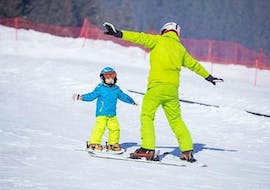 Private Ski Lessons for Kids - All Levels of the Ski School Scuola Italiana Sci Azzurra Folgarida are taking place, the child is ready to go down the slope.