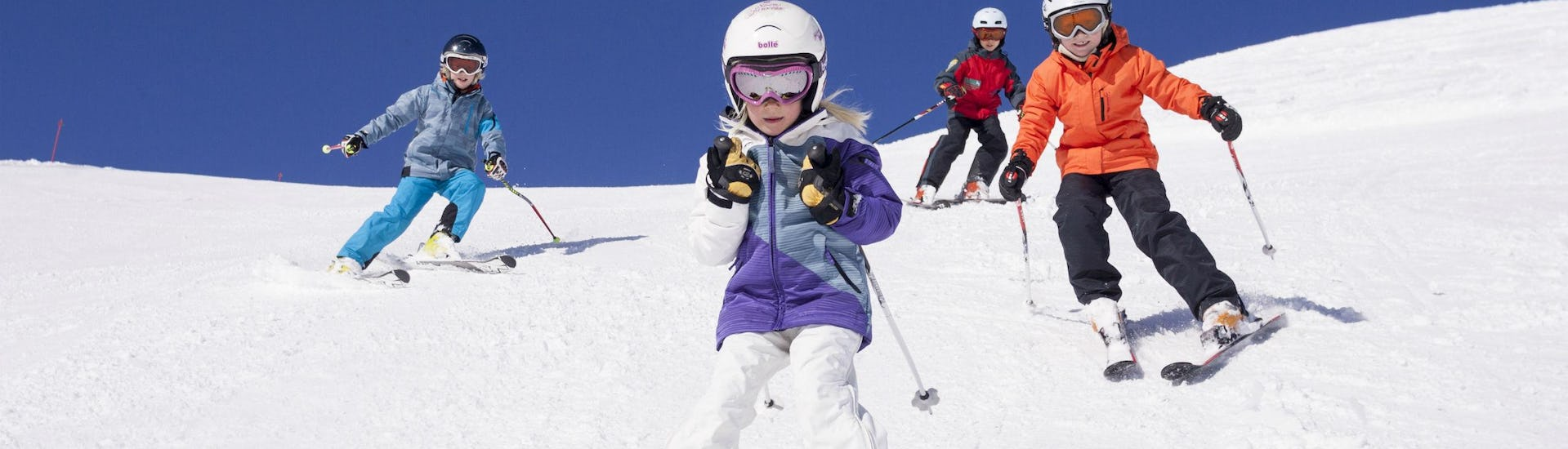 A group of children is enjoying their Private Ski Lessons for Kids - All Levels with the ski school Skischule Zugspitze Grainau in the ski resort of Garmisch-Classic.