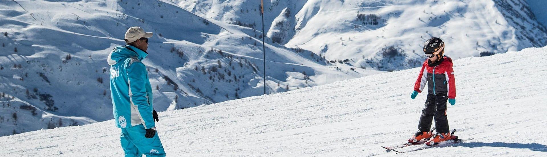 Un enfant skie en confiance avec son moniteur de ski de l'école de ski ESI Dévoluy pendant son Cours particulier de ski pour Enfants.