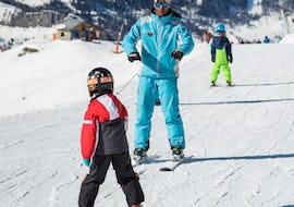 Un jeune skieur skie prudemment sur une piste tout en écoutant les instructions de son moniteur de ski de l'école de ski ESI Dévoluy lors de son Cours particulier de ski pour Enfants - Février.