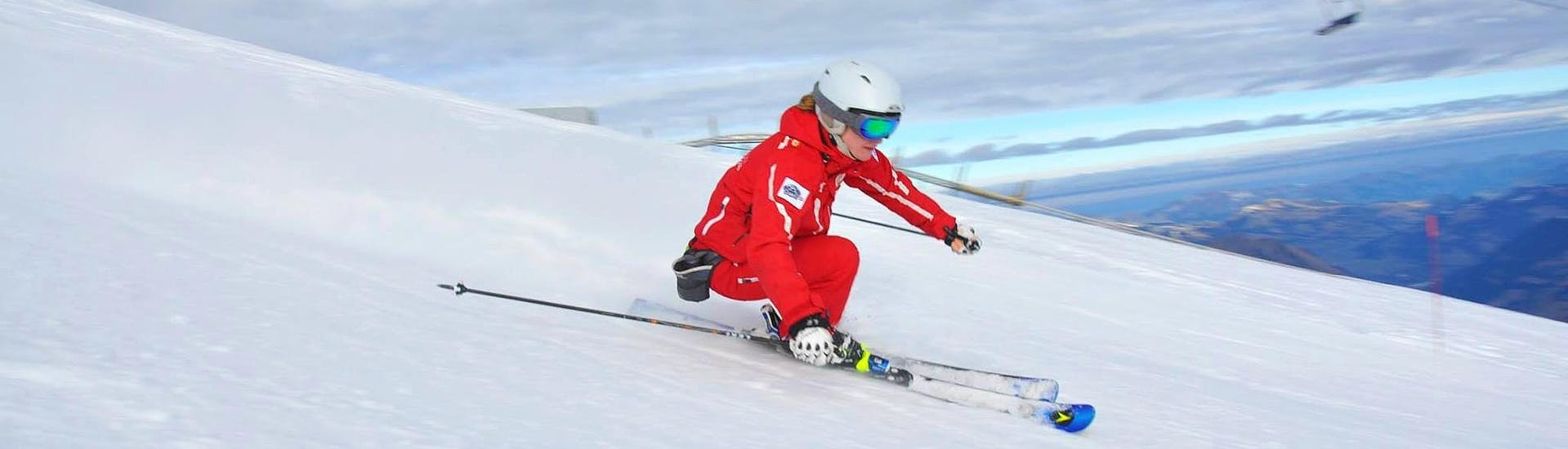Un enfant skie avec confiance grâce à son Cours particulier de ski Enfants pour Skieurs expérimentés avec l'école de ski ESS Château d'Oex.