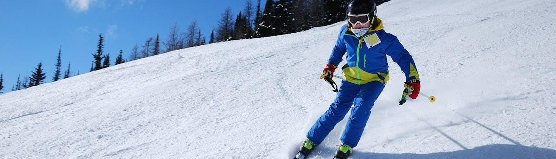 A skier is skiing down a slope with confidence during their Private Ski Lessons for Kids - Low Season with the ski school Moonshot La Bresse.