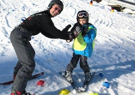 An instructor is teaching a young boy during private ski lessons for kids from 7 years - All Levels in the Schneesportschule Black Forest Magic Feldberg.