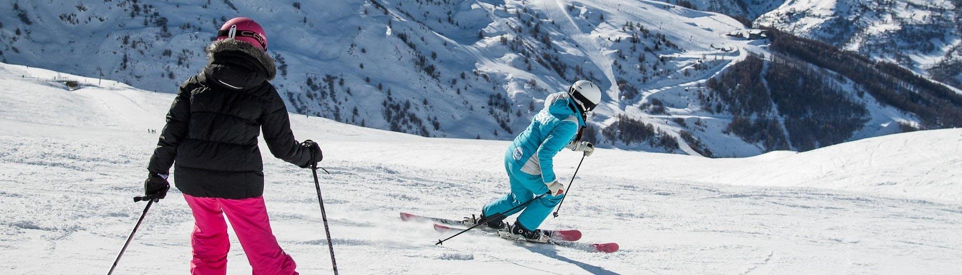 Un skieur suit son moniteur de ski de l'école de ski ESI Ecoloski Barèges le long d'une piste pendant son Cours particulier de ski pour Enfants - Basse saison.