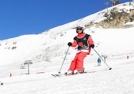 A kid is skiing with confidence thanks to their Private Ski Lessons for Kids of All Levels with the ski school ESF Aussois.