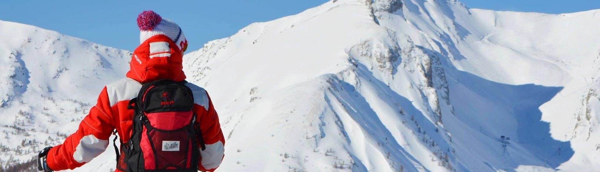 Un skieur contemple le panorama sur le domaine de Val d'Allos - La Foux pendant son Cours particulier de ski Enfants pour Tous niveaux avec l'école de ski ESF La Foux d'Allos.