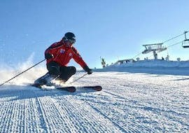 A man learns to ski during the private ski course for adults of all levels from his ski instructor of Schneesport Taberhofer.