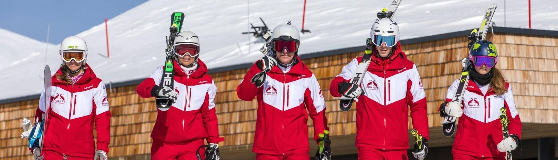 The ski instructors of Privatskischule Kleinwalsertal have lot of fun during the private kis ski lesson for all levels in Riezlern.