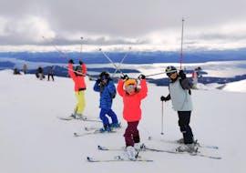 Los niños disfrutan de las grandes vistas de las montañas junto con su instructor de Ski Life Escuela de Esquí Baqueira durante sus Clases particulares de esquí para niños de todos los niveles.