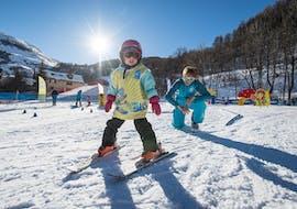 Un jeune skieur apprend à skier en sécurité dans le jardin d'enfants pendant son Cours particulier de ski Enfants - Praz sur Arly & Flumet avec l'école de ski ESI Snow Diam's.