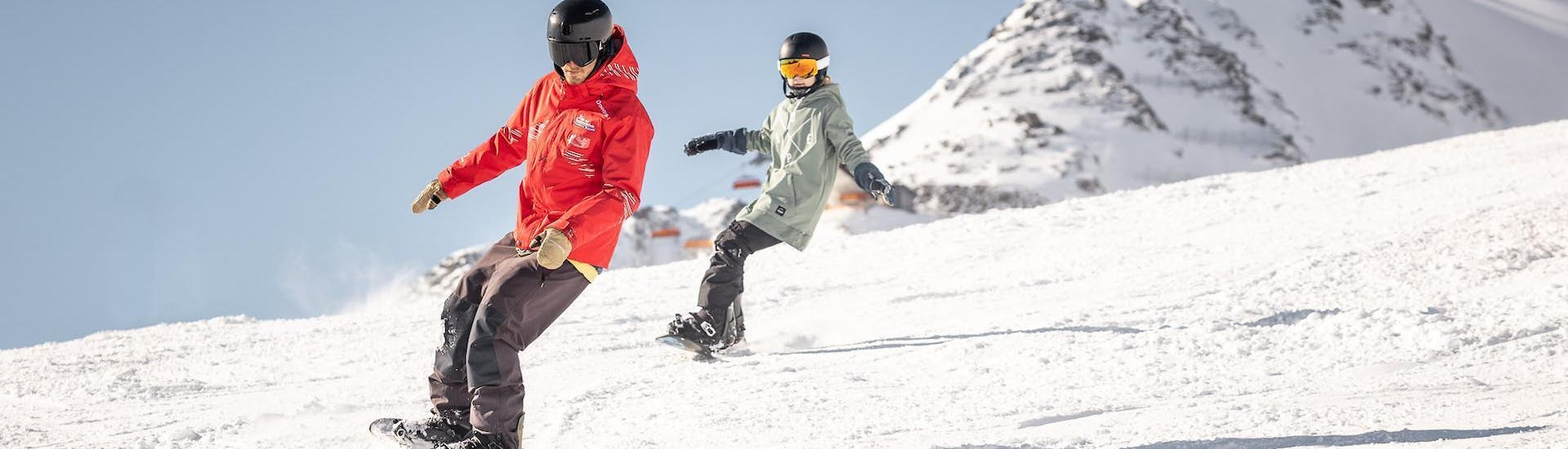 A snowboarder is practicing his front and backside turns during his Private Snowboarding Lessons for Adults - All Levels with the ski school Ski- und Snowboardschule Vacancia.