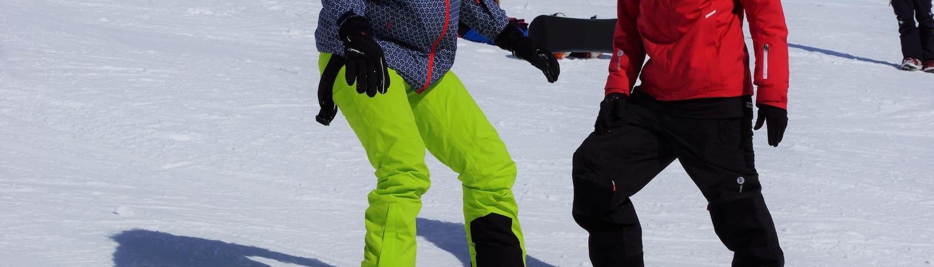 Ein Snowboardlehrer der Ski & Snowboardschule Vacancia unterrichtet einen Teilnehmer der Aktivität Privater Snowboardkurs für Erwachsene - Alle Levels, im Skigebiet Sölden.