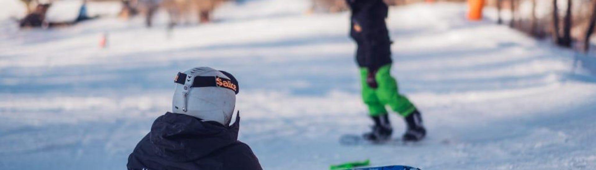 Ein kleiner Snowboarder hat Spaß im Kurs Privater Snowboardkurs für Kinder & Erwachsene - Alle Levels und profitiert von der vollen Aufmerksamkeit eines Lehrers der Skischule Scuola di Sci B.foxes.