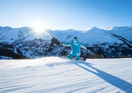 A snowboarder is going down a slope with confidence thanks to his Private Snowboarding Lessons for All Levels - Morning with the ski school ESI Ski Family in Risoul.