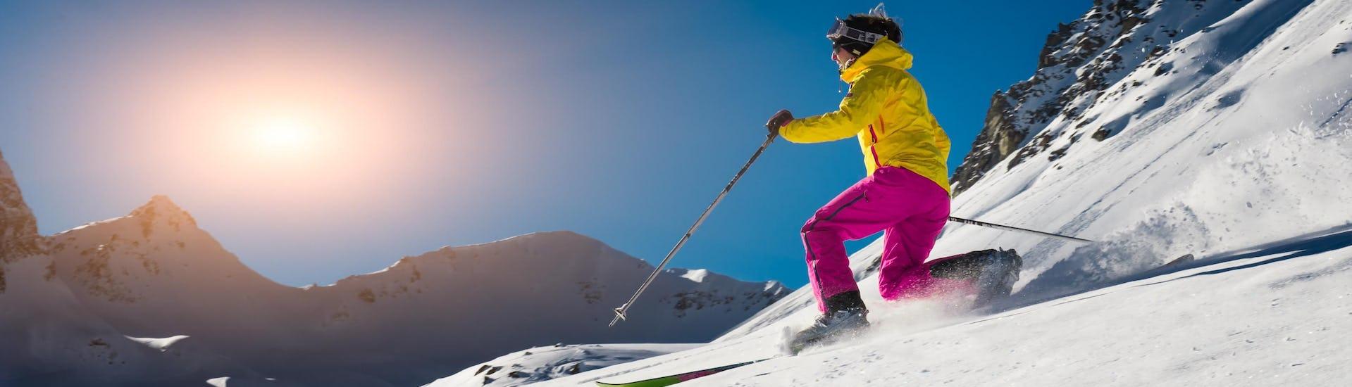 Privater Telemark Kurs - Alle Levels der Skischule Folgarida Aevolution finden an einem sonnigen Tag statt; der Skilehrer zeigt die beste Technik.