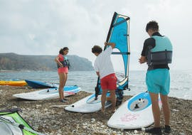 The participants are preparing everything to get ready for their private windsurfing lessons in Jàvea for beginners with Anywhere Watersports.