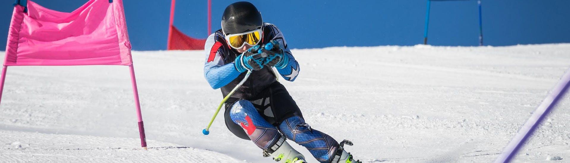 Privé Race Camp - ervaren: Een skiër traint de slalom tijdens een cursus georganiseerd door Skischool Dachstein West.