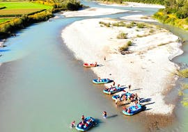 "A group of people enjoys the fascinating panorama of the Drau valley on on their Raft Rental ""Country Tour"" with Hi5 Schlauchbootvermietung Drau."