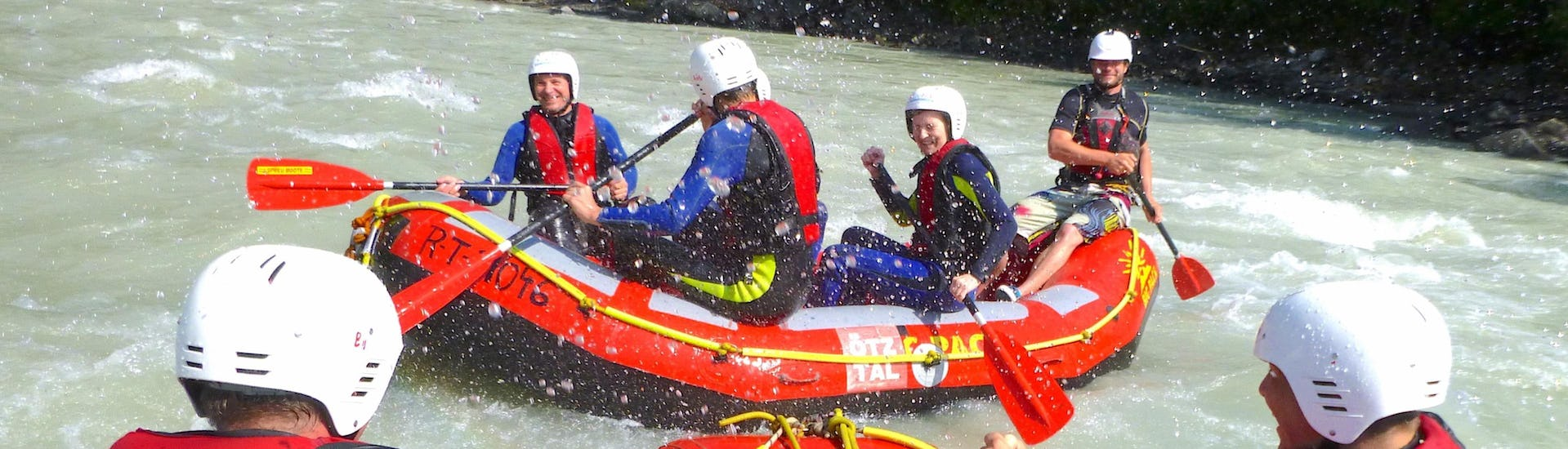 "Water is splashing on the happy participants of the Rafting ""Action"" for Young & Old - Imster Schlucht with CanKick Ötztal."