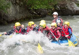 A group of friends is participating their Rafting on Isère River- Bellentre Centron activity with Franceraft.