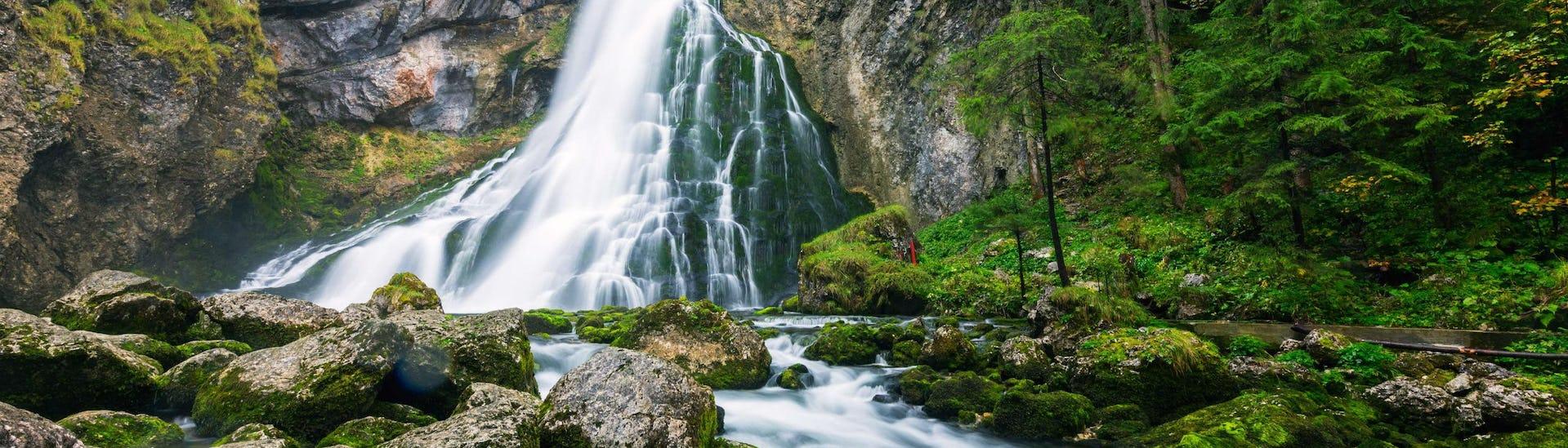 Ein Bild des Gollinger Wasserfalls nahe der Salzach, auf der beim Rafting in Golling gepaddelt wird.