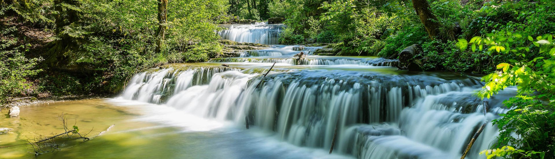 A magnificent waterfall in the heart of the Jura, a popular canyoning destination for families.