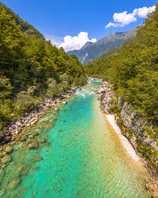 Ein Bild der atemberaubenden Landschaft die man beim Rafting im Soča Tal bestaunen kann.