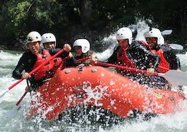 Eine Gruppe von Freunden kämpft sich durch die Stromschnellen des Noguera Pallaresa während der Rafting Klassik Tour von La Rafting Company.