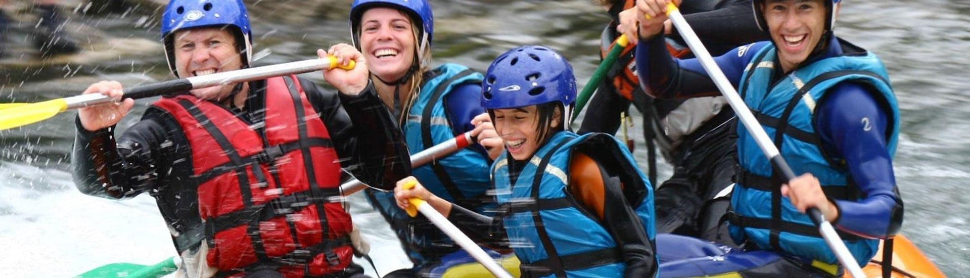 A family is having fun during their Rafting in Gave de Pau - Classic activity with Ohlala Eaux Vives.